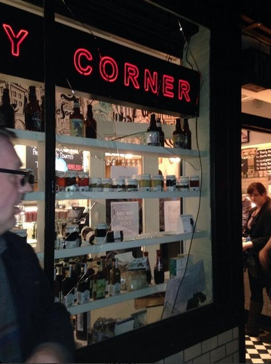 Разбитое окно лондонского ресторана фанатами Наполи