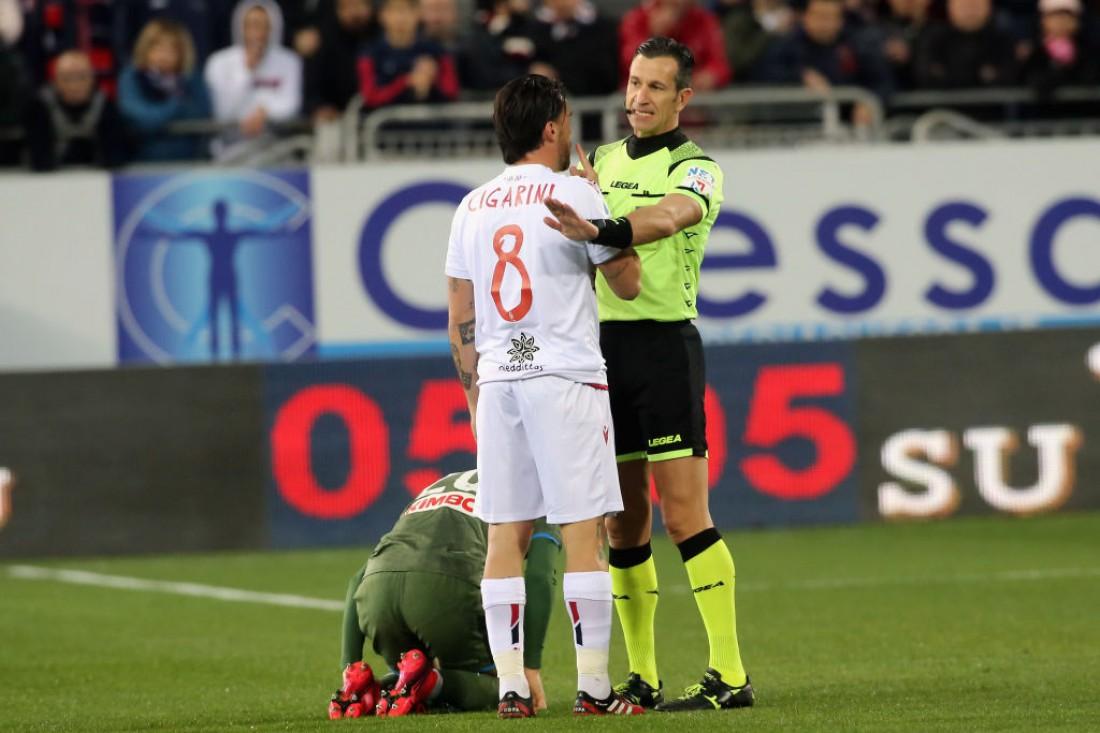 Футболистов будут наказывать, если они приблизятся ближе, чем на 1,5 метра