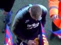 Вратарю Барселоны фанаты на тренировке едва не проткнули глаз