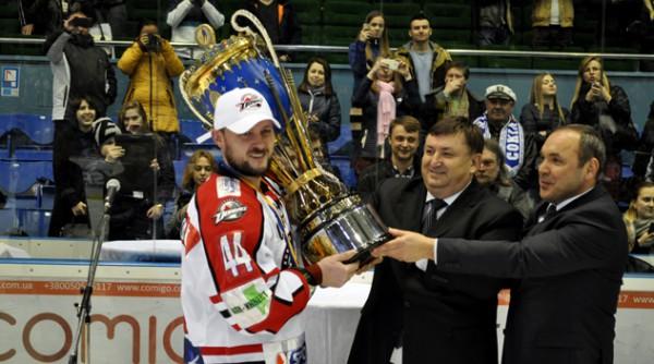Игрок ХК Донбасс с чемпионским кубком Экстралиги