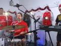 Сцена по ним плачет: Звезды Арсенала сыграли фанатам рождественскую песню