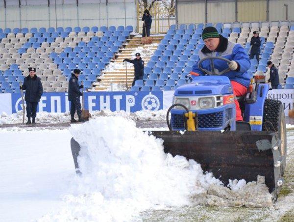 На стадионе продолжают убирать снег