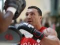 Разминка перед боем: Видео открытой тренировки Кличко и Леапаи