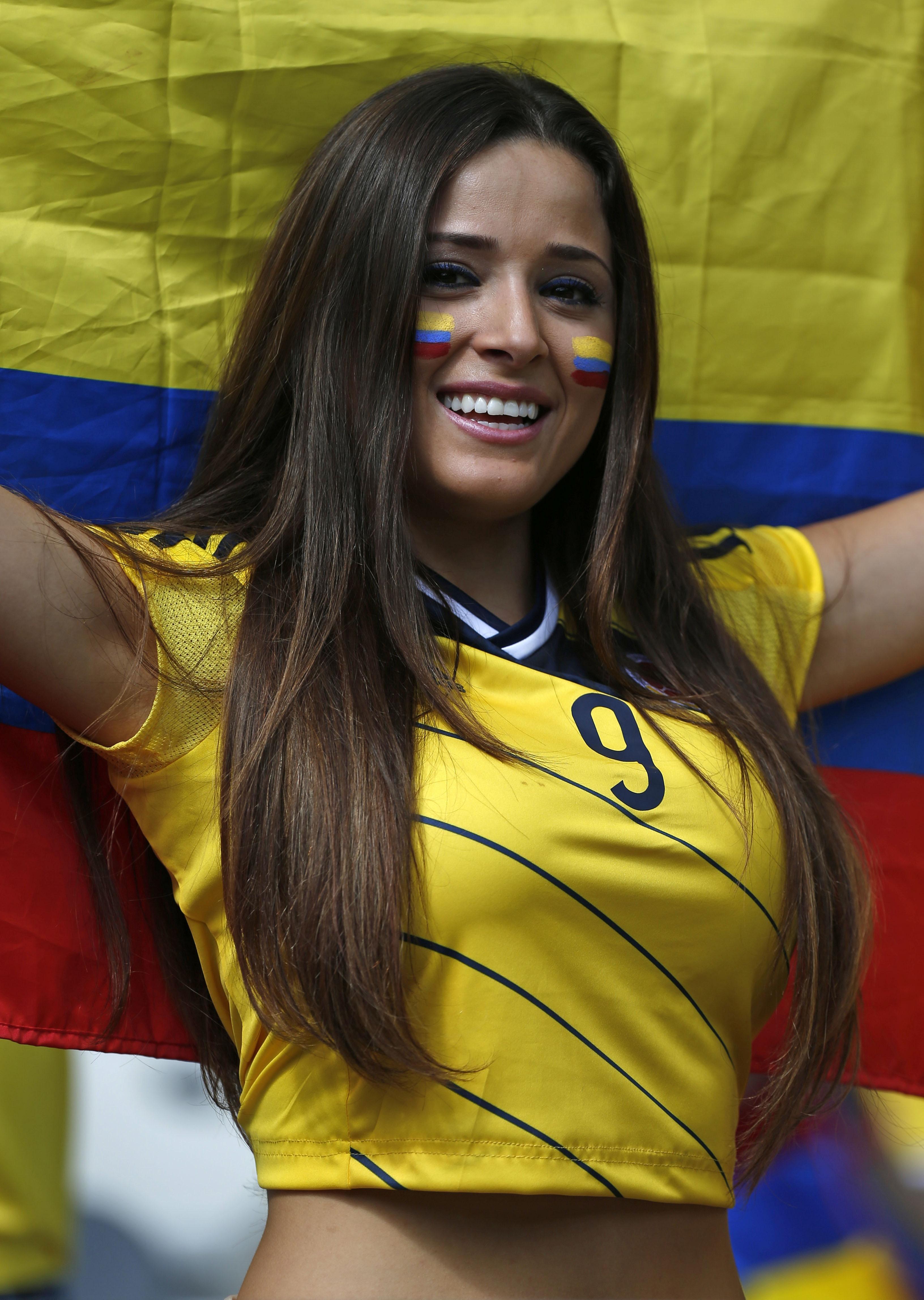 Болельщица сборной Колумбии радуется победе своей команды