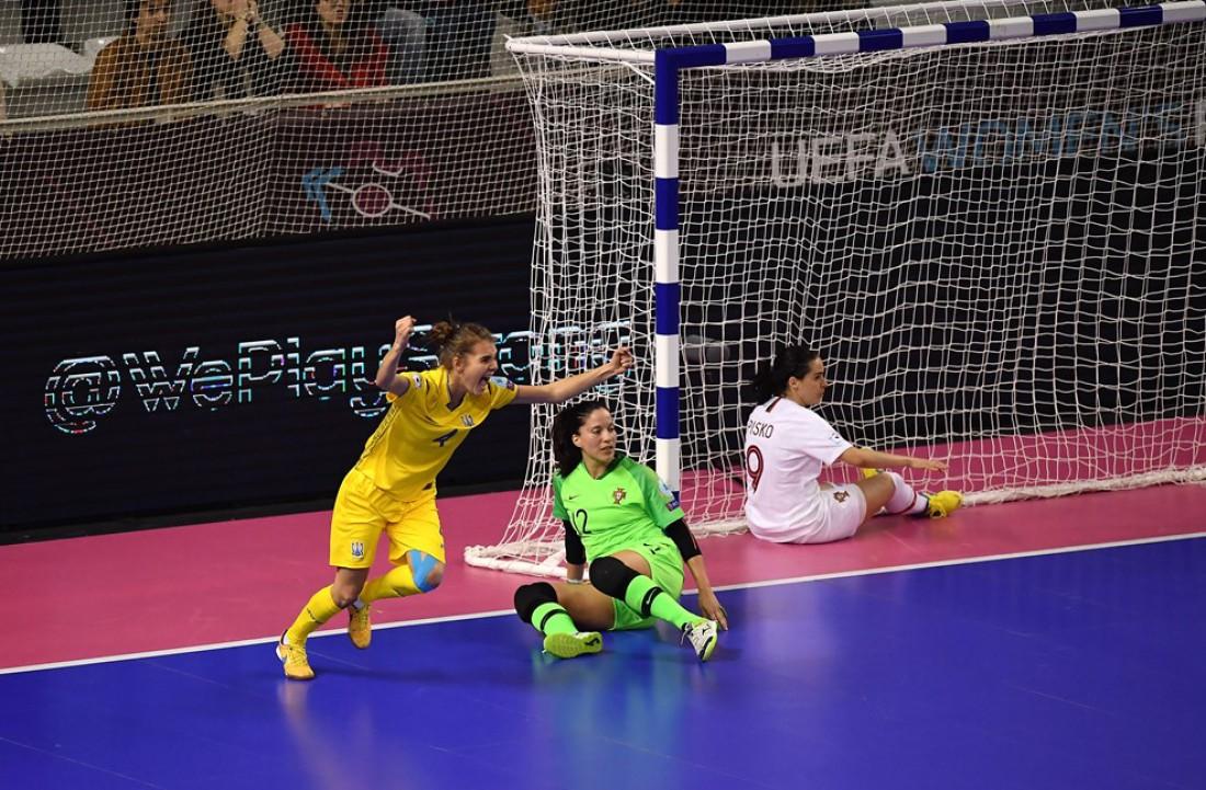 Сборная Украины радуется забитому голу в ворота Португалии