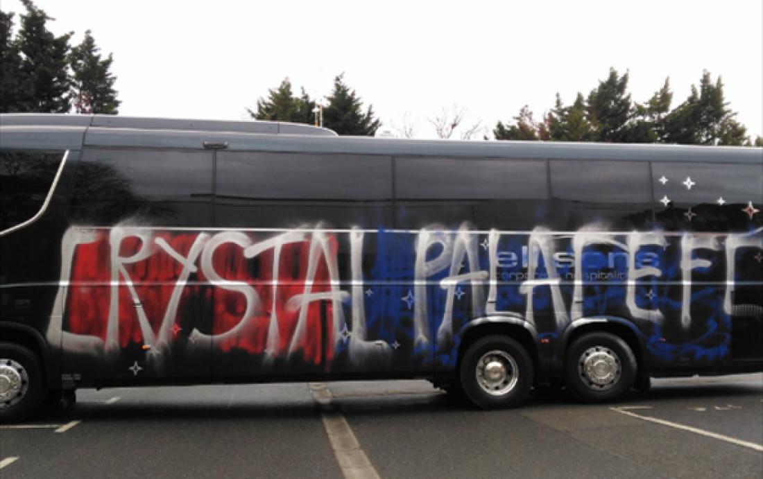 Британские болельщики поошибке изуродовали автобус собственной команды