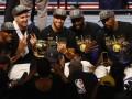 Много шампанского и пива: как баскетболисты Голден Стэйт праздновали победу в НБА