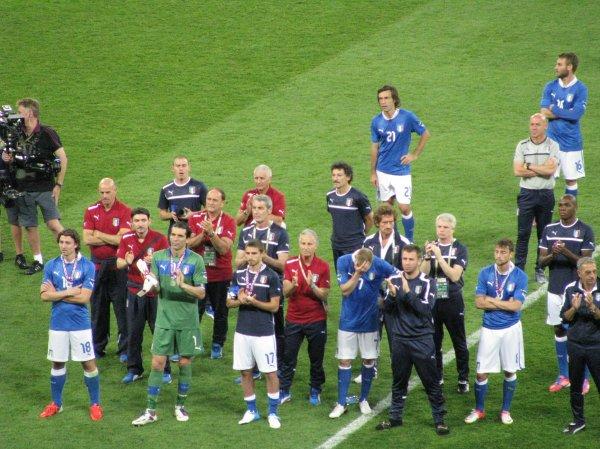 Сборная Италии приветсвует Чемпионов Европы