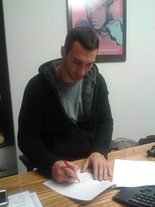 Владимир Кличко подписал контракт с Алексом Леапаи