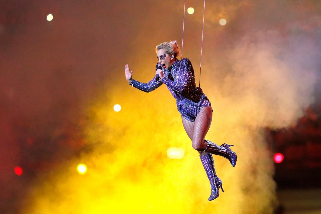 Леди Гага спустилась с крыши стадиона NRG