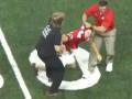 Тренер по американскому футболу повалил на газон выбежавшего на поле болельщика
