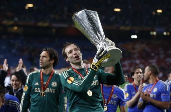 Чех (с кубком) рад, что его Челси стал чемпионом Лиги Европы