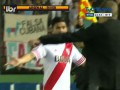 Тренер прервал атаку соперника, пробросив мяч между ног футболиста