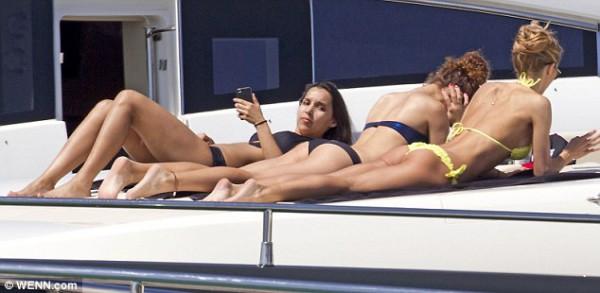 Немецкая модель пригласила своих подруг на яхту к Гетце