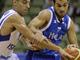 Василис Спанулис пытается укрыть мяч от Равива Лимонада