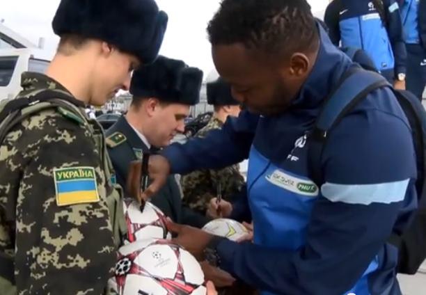 В Киеве сборную Франции встречали украинские таможенники