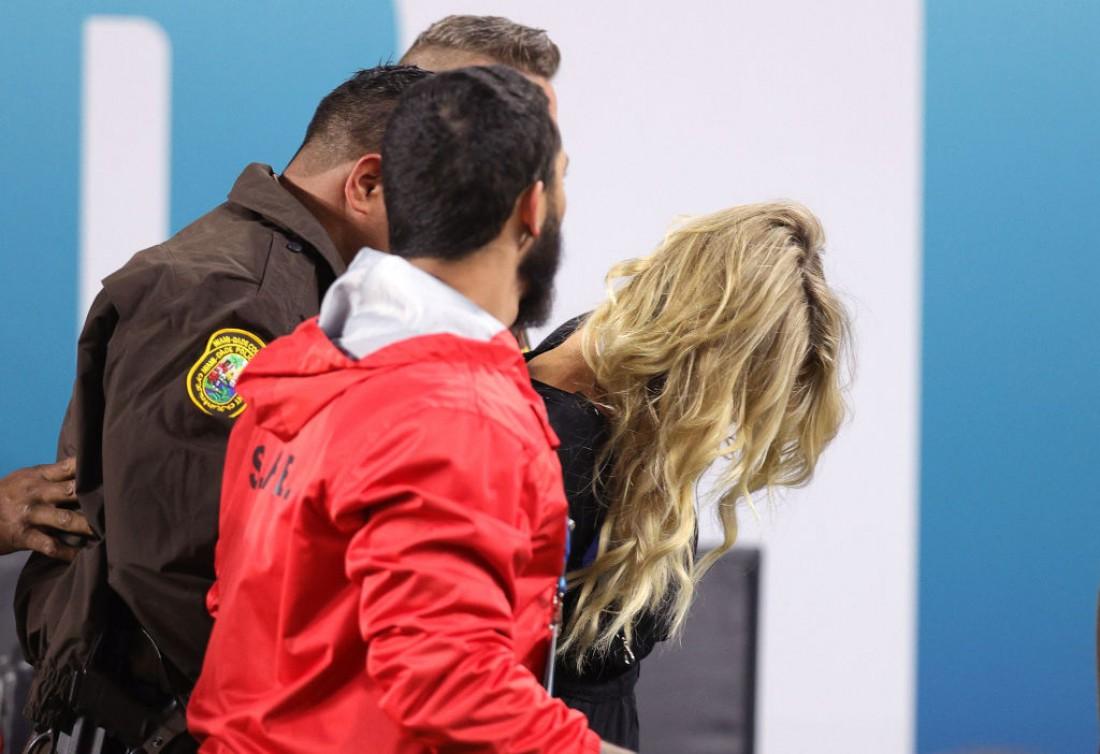 Келли Кэй поймали стюарды во время Супербоула