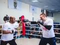 Танцы, караоке и ловкость рук: Как Усик перед журналистами тренирововался