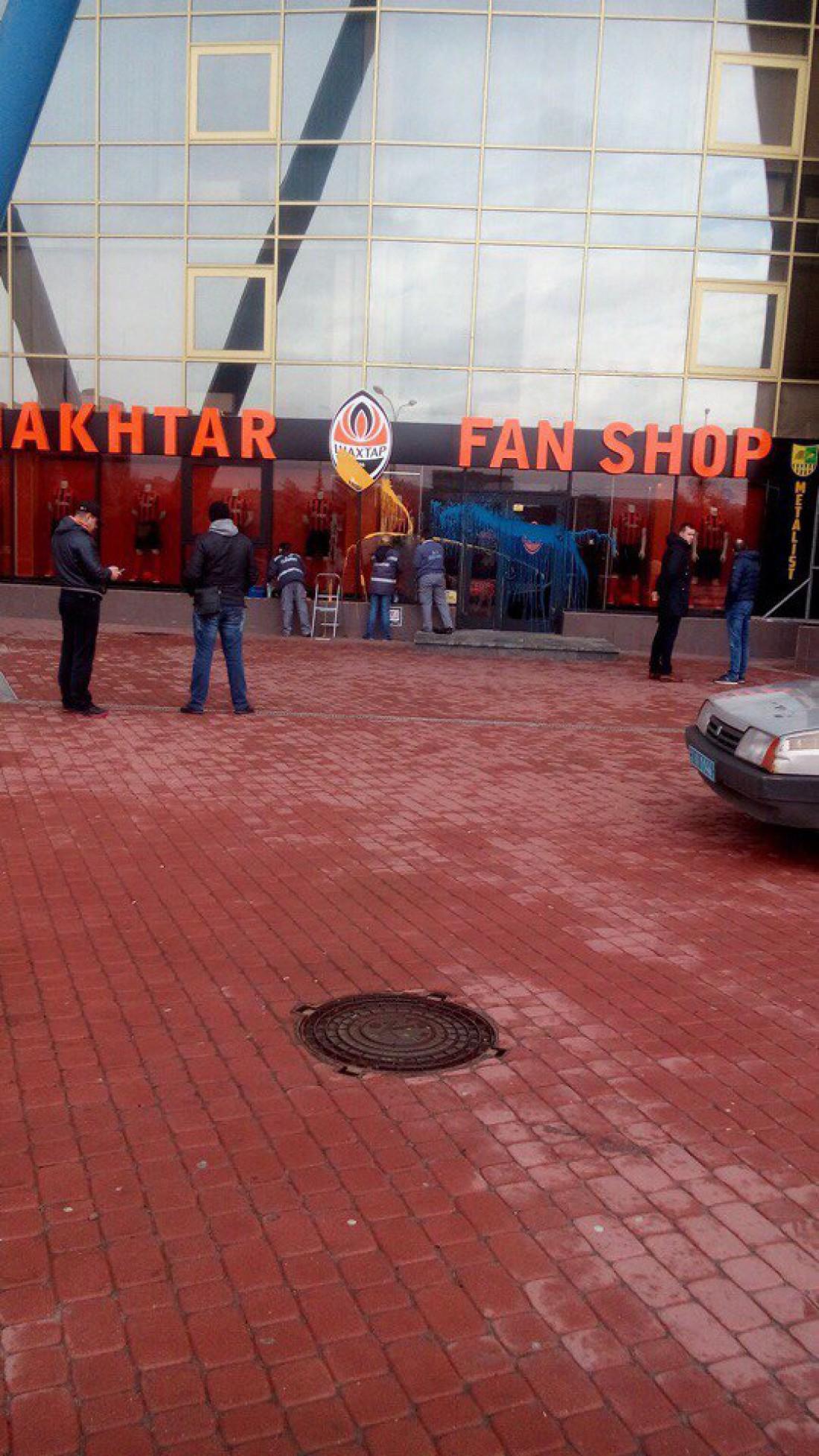 Магазин Шахтера облили краской в Харькове