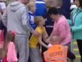 Женщина отобрала футболку футболиста у 8-летнего мальчика и выставила ее на аукцион