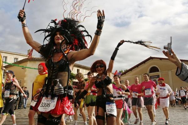 Участники марафона Медок в ярких нарядах