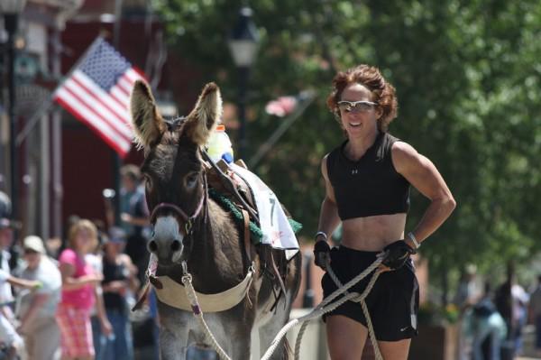 Диана ван дер Хэвен на дистанции со своим осликом