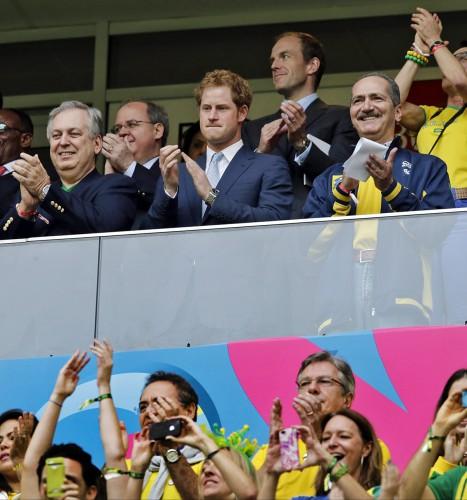 Принц Гарри аплодирует свое поклоннице