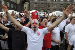 Битва за Киев. Как фанаты Англии и Швеции готовились к матчу