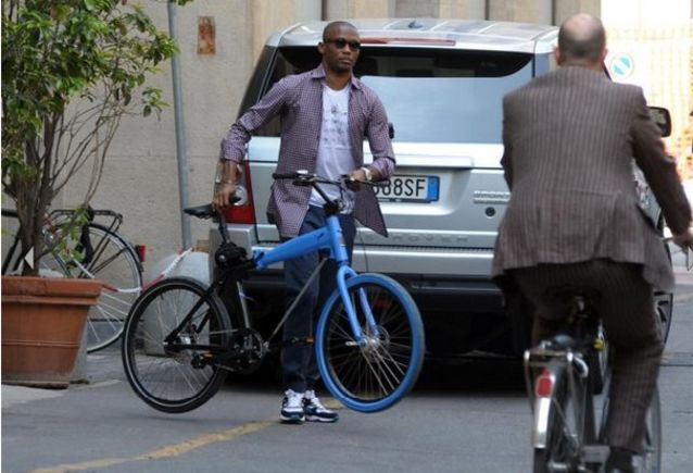 Это'О катается по Милану на велосипеде