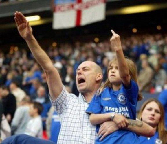 Расизм можно найти и на трибунах британских стадионов