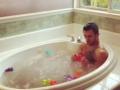 Ванна для чемпиона: Ломаченко искупался с резиновыми уточками