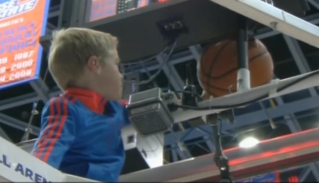 Мальчик помог баскетболистам