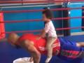 Боксер Силлах показал, как тренируется под руководством своих детей