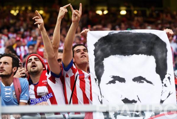 Болельщики Атлетико и портрет Диего Симионе