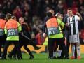 Роналду сделал селфи с фанатом, выбежавшим на поле во время матча ЛЧ