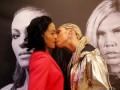 Дуэль взглядов двух женщин-боксеров неожиданно завершилась поцелуем
