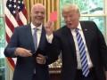Президент США получил в подарок судейские карточки и сразу показал красную журналистам