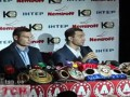 На родину с трофеем. Братья Кличко показали свои чемпионские пояса в Киеве