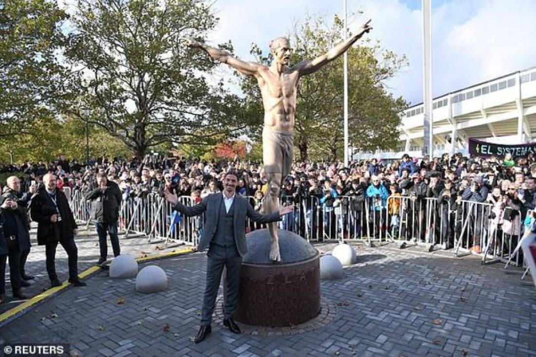Златан Ибрагимович около своей статуи