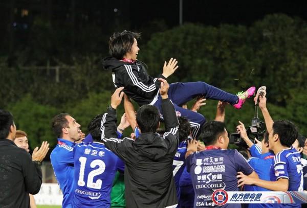Команда празднует победу в чемпионате Гонконга