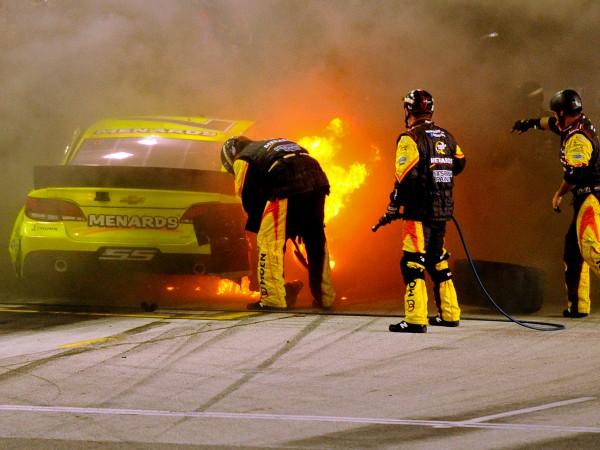 На гонках NASCAR горела машина