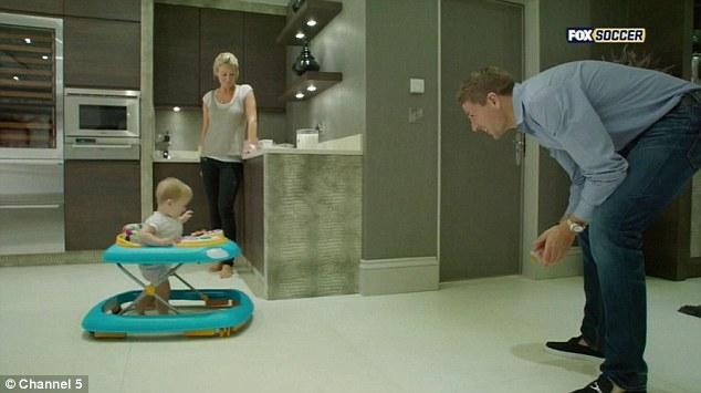 Семейный человек: Стивен играет на кухне со своей младшей дочерью