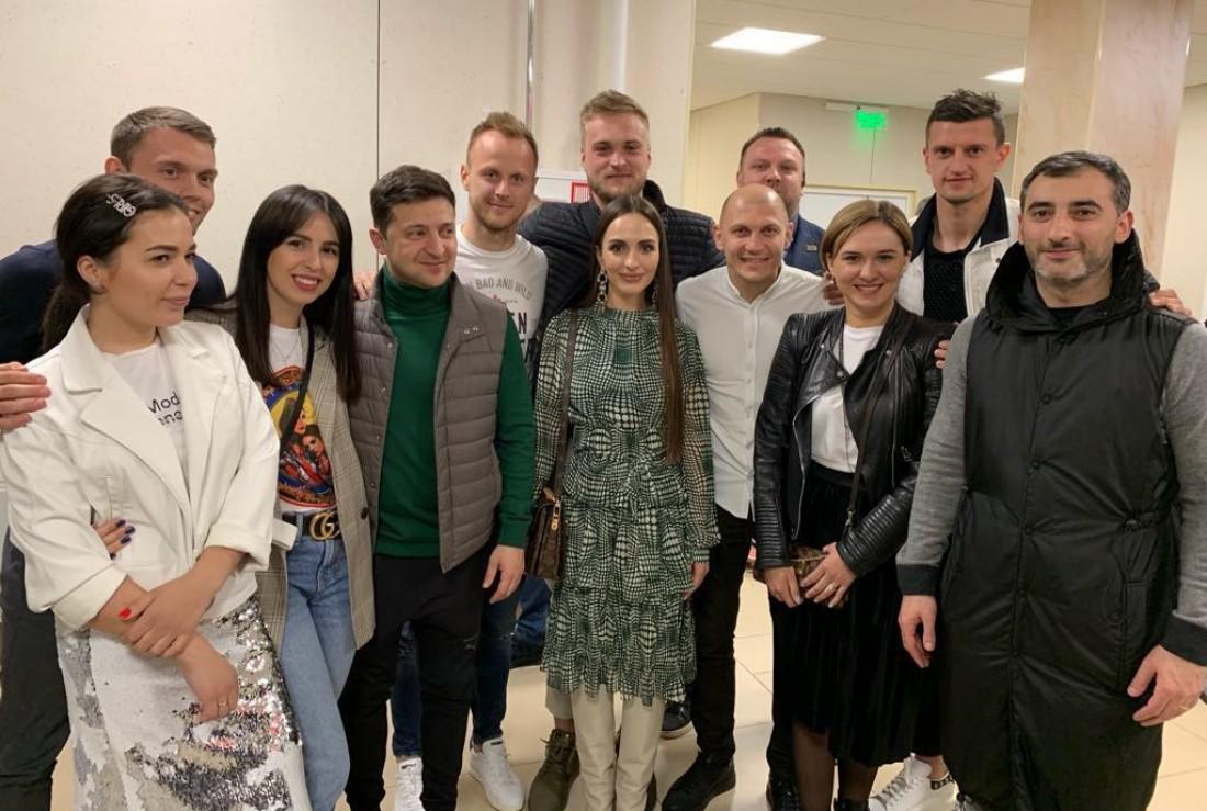 Игроки Зари с супругами и Владимиром Зеленским