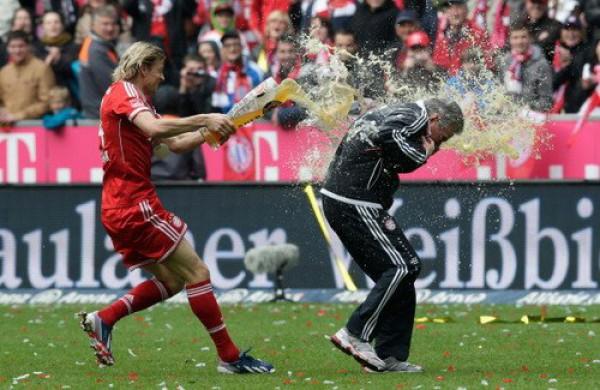 Тимощук устроил пивной душ своему тренеру