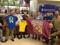 Бойцы АТО передали флаг своего подразделения игрокам сборной Украины