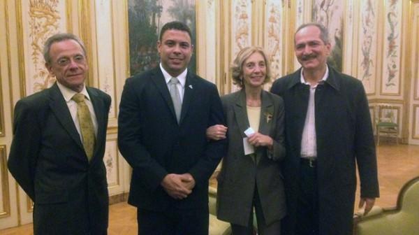 Роналдо (в центре) в центре хочет, чтобы Франция приехала на ЧМ-2014