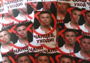 Фанаты луганской Зари расклеили фотографии тренера команды на мусорных урнах