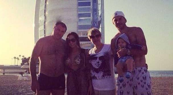 Андрей Ярмоленко с женой, родителями и маленьким сыном отдыхают в Дубае