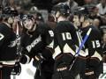 Хоккеист Анахайма забросил шайбу клюшкой соперника