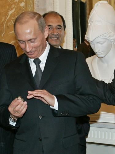 Владимир Путин примерил кольцо